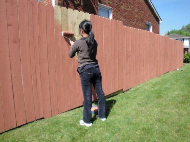 Красим забор своими руками