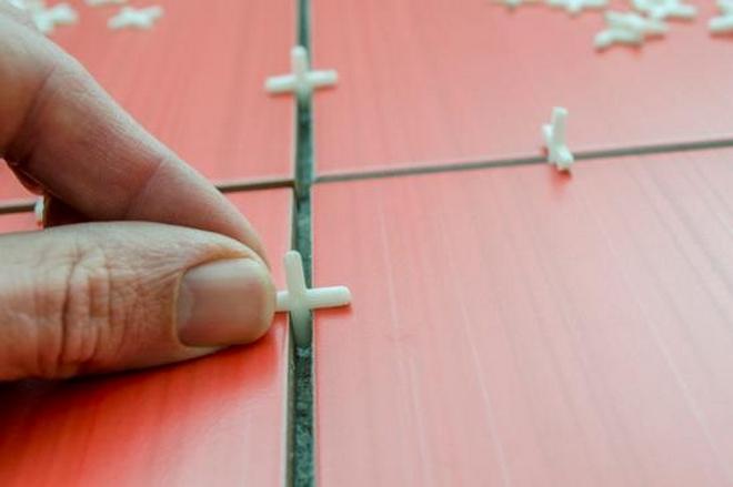 Пластиковые крестики, представленные на фото, применяются для выравнивания шва между плитками.
