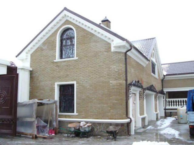 Лепнина на фасаде частного дома