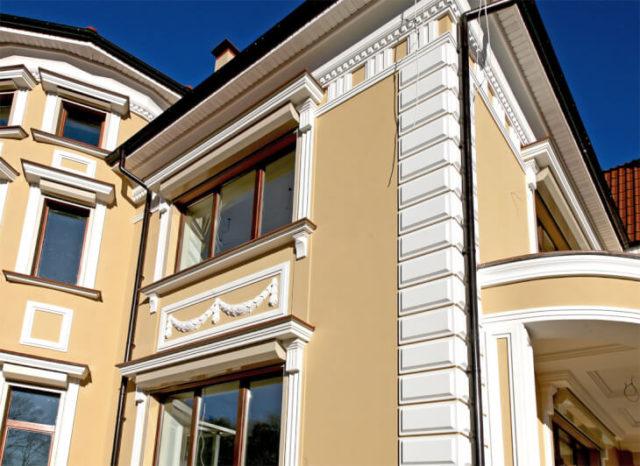 Лепнина на стенах здания – это тот вариант отделки фасада, который помогает придать ему индивидуальности и оригинальности