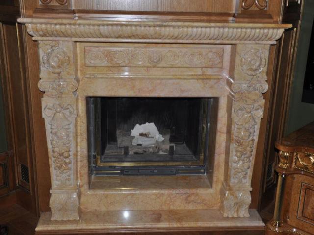Облицовка мрамором в сочетании с древесиной