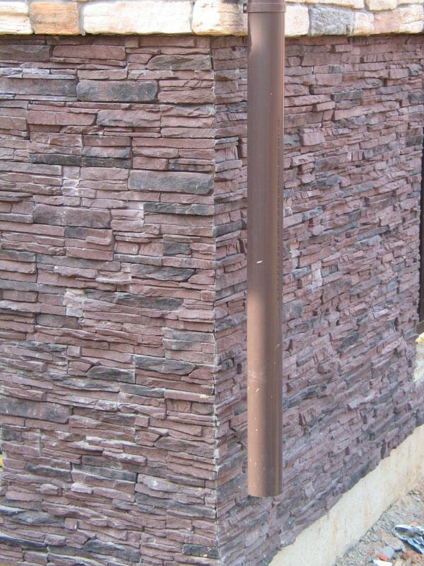Декоративный искусственный камень скала в отделке цоколя дома