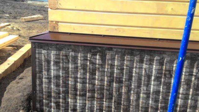 В ассортименте можно найти профлисты под облицовочный камень или «деревянный» элемент