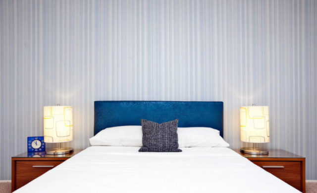 Обои с геометрическим рисунком в интерьере спальни