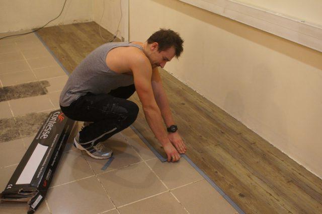 Самоклеющаяся виниловая плитка под ламинат делает ее укладку доступной любому домашнему мастеру