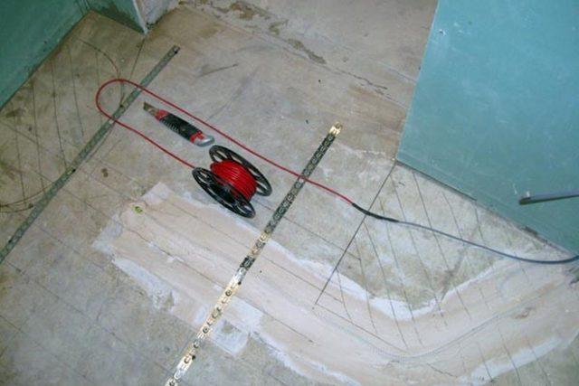 На выровненное, обеспыленное основание (без крупных дефектов) производится монтаж кабеля согласно схеме укладки