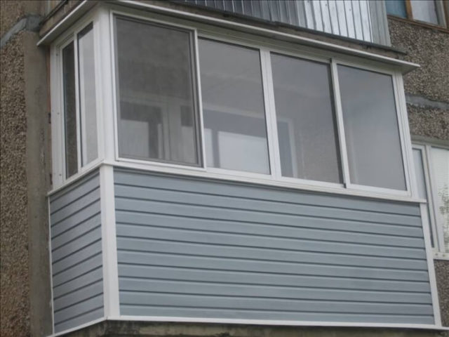 Балкон панельного дома обшит сайдингом