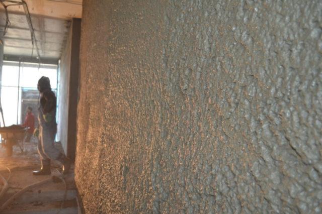 Цементный материал разделяют на тяжелую и легкую штукатурку, это зависит от плотности материала