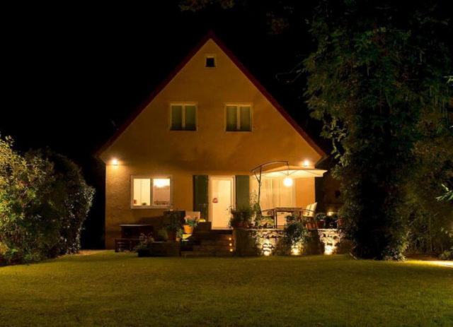Светильники для фасадной подсветки могут оснащаться специальными металлогалогенными лампами, которые характеризуются высокой степенью цветопередачи