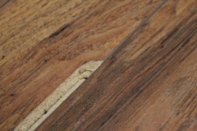 Невозможность реставрации винилового ламината является одним из основных недостатков. При порче покрытия, его можно только заменить