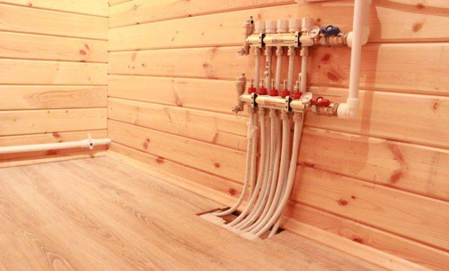 Водяные теплые полы, смонтированные в деревянном доме под ламинат