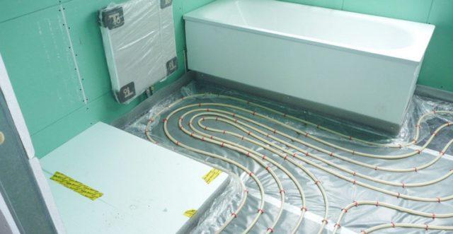 Нагревательная система водяного теплого пола - это уложенные в контуры трубы, которые заливаются стяжкой