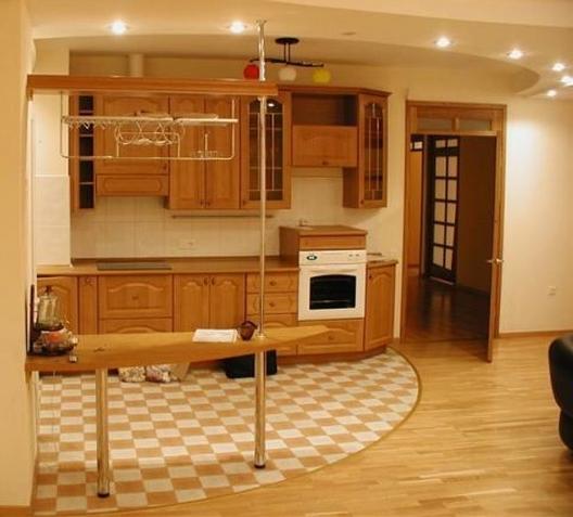На фото пример разделения зон кухни: для готовки, гостиная