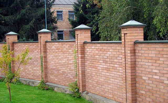 Забор из красного кирпича