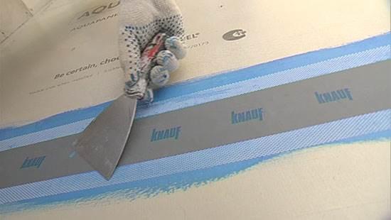 Лента бумажная Кнауф для швов ГКЛ представляет собой беcклеевую ленту шириной 50 мм из специальной перфорированной бумаги с высоким коэффициентом водопоглощения