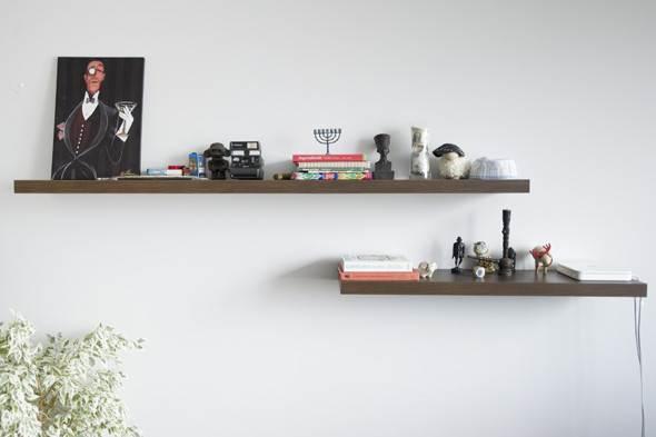 Для того чтобы закрепить на гипсокартонной стене полку небольшого размера и веса, можно использовать специальные дюбели