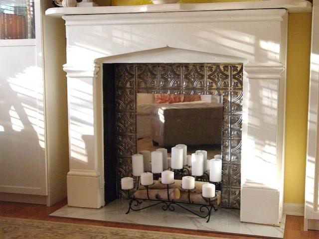 В портал камина из гипсокартона всегда можно установить красивые свечи