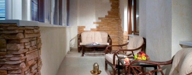 Декоративный камень — прекрасный материал для отделки балкона