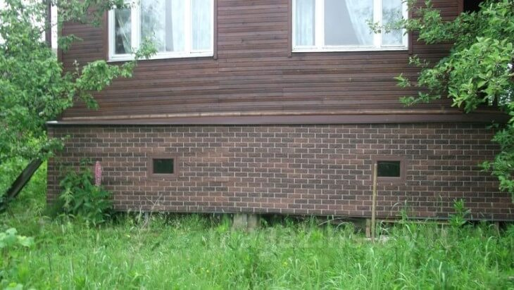 Чем закрыть цоколь дома на винтовых сваях?
