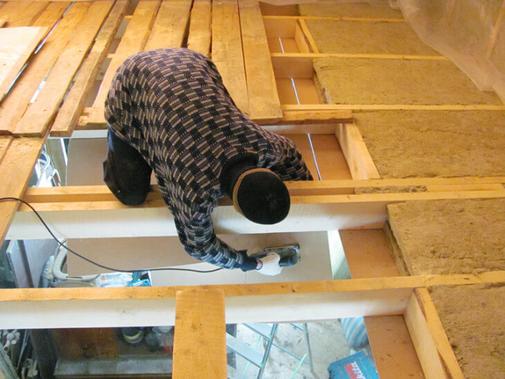 Установка теплоизоляции в деревянном потолке