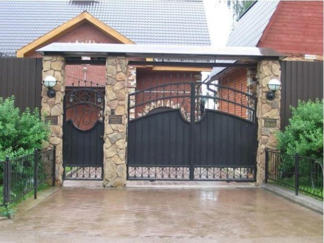 Кованые ворота и калитка гармонично смотрятся с каменными столбами
