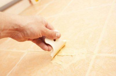 Как правильно затирать швы на плитке на полу – выбор затирки и технология работ