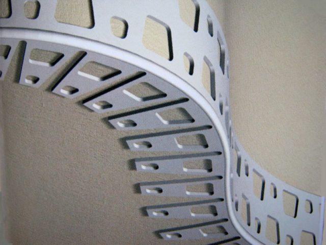 Для облицовки фигурных углов используется арочный уголок из пластика