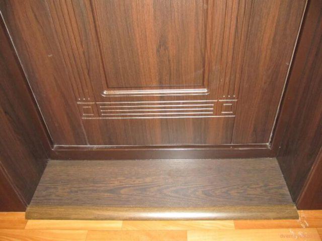 Отделка откосов входной двери ламинатом