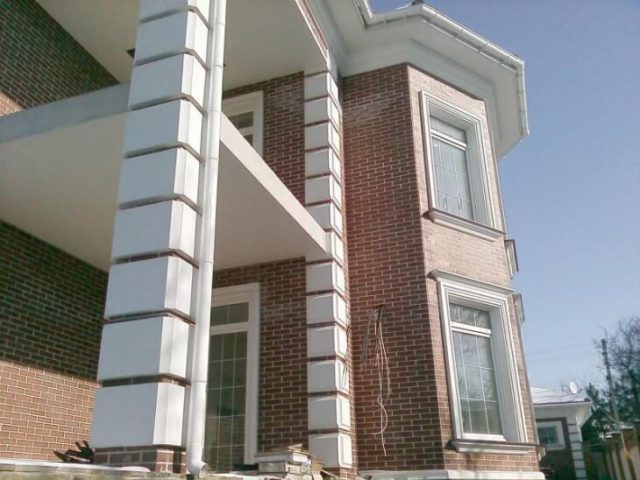 Фасадный декор здания с пенополистиролом