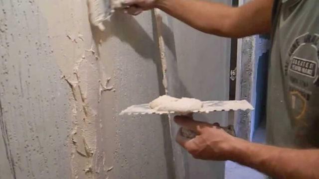 Специалисты всегда советуют удалять маяки, а штробы образовавшиеся на их месте заделывать шпатлёвкой