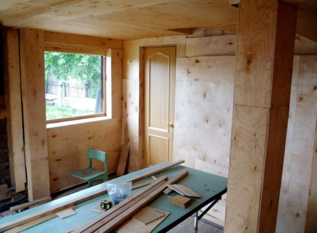 Внутренняя отделка садового дома фанерой