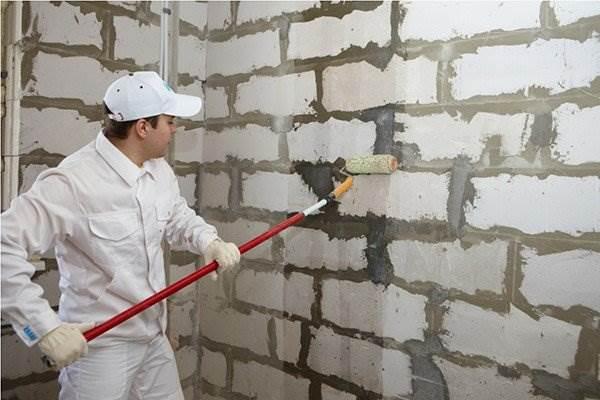 Перед тем как приклеить гипсокартон необходимо тщательно прогрунтовать стену