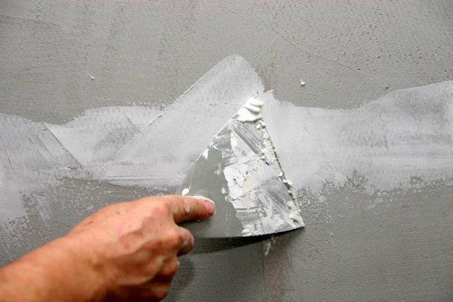 В расходе шпаклевки, необходимо учитывать определенную ее массу, которая остается на рабочих инструментах и ту часть раствора, которая засыхает на дополнительных поверхностях в процессе работы