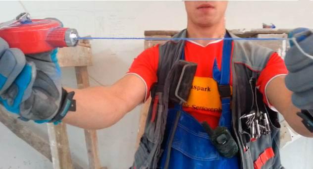 Чтобы правильно приклеить к стене гипсокартон, нужно учесть ровность поверхности, которую нужно замерить посредством строительного уровня