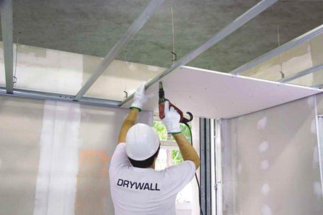 При монтаже потолка в одиночку справиться очень сложно, не имея под рукой вспомогательных приспособлений