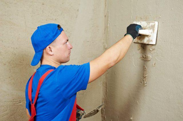 Если в стене наблюдаются сильные трещины или дырки, которые потребуют определенной массы штукатурки, необходимо приблизительно добавить несколько соответствующих сантиметров к слою шпатлевки при расчетах