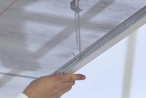 Несущие профили используются для крепления гипсокартонных листов к каркасу перегородки