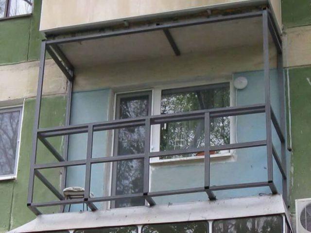Металлический каркас из профильной трубы для укрепления конструкции балкона