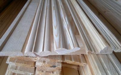 На фото разнообразие размеров деревянных плинтусов