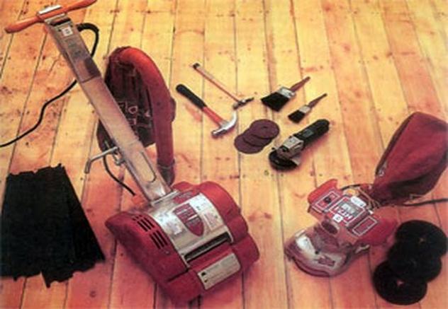 На фото представлены шлифмашины, наждачная бумага с зернами разного размера и ручной инструмент для шлифовки
