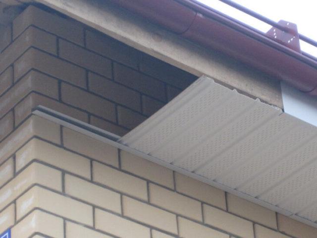 Виниловые панели являются самым популярным материалом для подшивки крыши дома