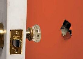 Дыра в ГКЛ конструкции может возникнуть каким угодно способом