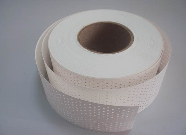 Для предотвращения появления трещин, есть специальная бумажная перфорированная лента для заделки швов гипсокартона
