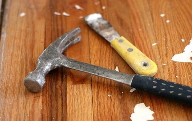 Процесс подготовки включает в себя освобождение поверхности от мебели, снятие старого слоя лака, ремонт или демонтаж гнилых, непрочных элементов пола, обследование крепежа