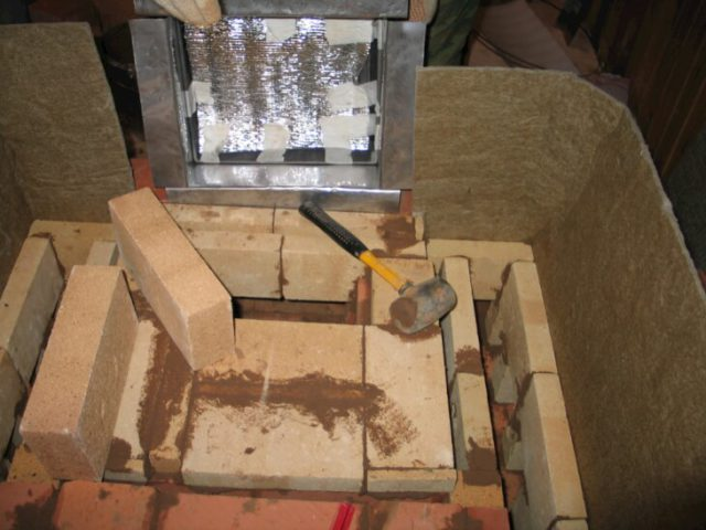 В качестве кладочного раствора использую шамотную глину с добавлением цемента.