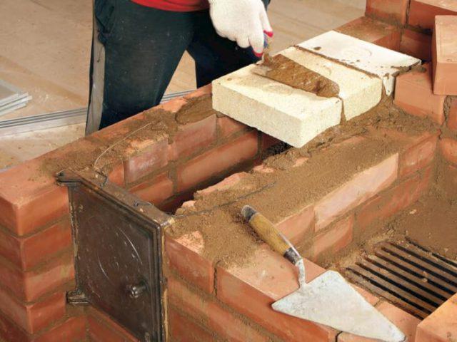 Глиняный раствор для кладки должен иметь нормальную (среднюю) пластичность, размазываться по кирпичу ровным слоем