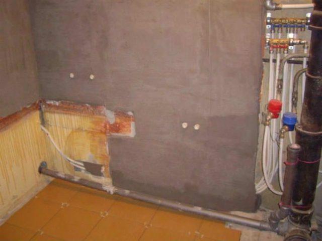 Как правило, цементная шпатлевка и полимерная, наносится в несколько слоев, потому что сразу нанести один ровный слой невозможно