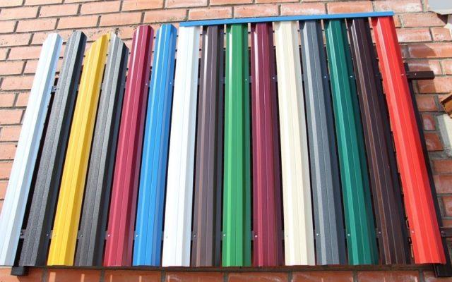Металлический штакетник имеет разные цветовые решения