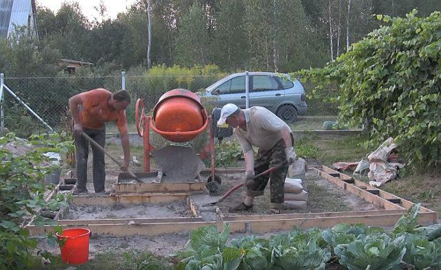 Выравниваем бетонный раствор по периметру