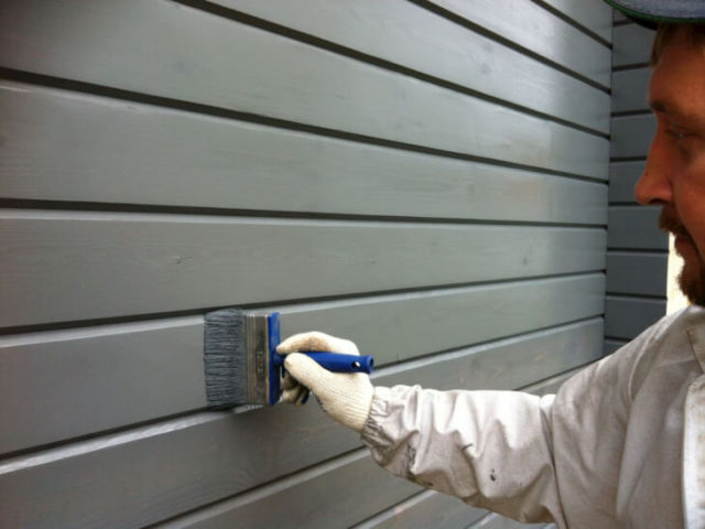 Краску для фасадов можно выбрать любого колера с учетом свойства материала, и покрасить дом своими руками